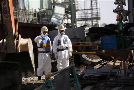 10月25日、高濃度の放射線にさらされている福島第1原発の現場で、違法雇用と過酷労働という作業員を蝕むもうひとつの「汚染」が進行している。写真は同原発で3月撮影(2013年 ロイター/Issei Kato)
