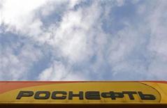 Логотип Роснефти на автозаправке компании в Санкт-Петербурге 23 октября 2012 года. Крупнейшая российская нефтекомпания Роснефть отложила как минимум на пять лет достижение максимального объема нефтедобычи на Ванкорском месторождении, откуда большая часть нефти поставляется в Китай, следует из сообщения Роснефти. REUTERS/Alexander Demianchuk