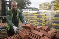 Funcionário empilha tijolos no depósito Vauxhall da fornecedora de materiais de construção Travis Perkins em Londres, 25 de outubro de 2013. A economia britânica ganhou velocidade entre julho e setembro, crescendo no maior ritmo em mais de três anos, sinalizando uma recuperação inesperada que tem dado fôlego ao governo. 25/10/2013 REUTERS/Neil Hall
