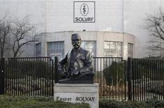 Le groupe chimique belge Solvay a vu son bénéfice opérationnel reculer de 13% au troisième trimestre, sous le coup d'une forte baisse du prix du guar, produit utilisé dans le forage pétrolier et gazier. /Photo d'archives/REUTERS/Thierry Roge