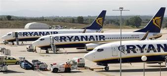 Aviões da Ryanair estacionados no aeroporto de Girona, na Espanha. A Ryanair deve cortar as cobranças por bagagens extras e por imprimir passagens em seu maior movimento para afastar a reputação de prestar mau atendimento ao consumidor. 20/9/2012. REUTERS/ Albert Gea