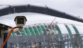 Câmera de vigilância instalada próxima ao local de construção de um dos estádios para a Olimpíada de Inverno de Sochi 2014, na Rússia. A pouco mais de cem dias da Olimpíada de Inverno de Sochi, os patrocinadores enfrentam o desafio de divulgar sua marca sem serem associados negativamente à situação dos direitos humanos na Rússia. 7/10/2013. REUTERS/Thomas Peter
