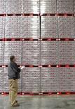 El encargado de bodega Chad Sadler realiza los inventarios de gaseosas Diet Coke en una bodega de Coca-Cola en Draper, EEUU, mar 9 2011. Los inventarios mayoristas de Estados Unidos subieron en agosto más de lo esperado, lo que sugiere que el reabastecimiento afectó menos de lo previsto por los analistas al crecimiento económico en vísperas de una batalla fiscal en Washington. REUTERS/George Frey