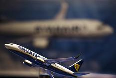 Una réplica de un avión en miniatura de la empresa Ryanair en Nueva York, mar 13 2013. Ryanair prometió el viernes reducir los cargos por equipaje extra y volver a imprimir las tarjetas de embarque, la iniciativa más arriesgada de su presidente delegado Michael O'Leary para acabar con la mala reputación de la aerolínea en servicio al cliente. REUTERS/Lucas Jackson