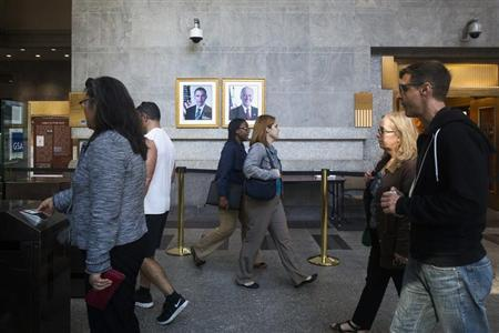 Federal workers enter the Ted Weiss Federal Building in the lower Manhattan area of New York October 17, 2013. REUTERS/Brendan McDermid