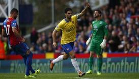 Mikel Arteta, do Arsenal, comemora gol contra o Crystal Palace em Selhurst Park, Londres. 26/10/2013 REUTERS/Andrew Winning