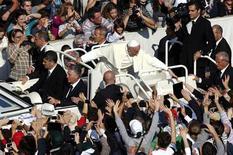 El Papa Francisco saludo a la multitud luego de la misa en la Plaza de San Pedro en el Vaticano el 27 de octubre de 2013. Un alborozado papa Francisco celebró el domingo llegar a 10 millones de seguidores en el servicio de mensajería Twitter, un hito en el intento del Vaticano por difundir los Evangelios a través de los medios sociales. REUTERS/Alssandro Bianchi