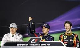 O piloto de Fórmula Um Sebastian Vettel, da Alemanha, levanta uma garrafa durante coletiva de imprensa após corrida em que venceu o Grande Prêmio da Índia em Noida, às margens de Nova Délhi. 27/10/2013 REUTERS/Anindito Mukherjee