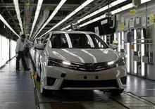 Toyota a probablement conservé son rang de premier constructeur automobile mondial sur les neuf premiers mois de 2013, devant General Motors et Volkswagen, au vu de ses chiffres de ventes publiés lundi. Le groupe japonais a annoncé avoir vendu 7,41 millions de véhicules sur cette période. /Photo prise le 10 octobre 2013/REUTERS/Osman Orsal