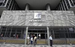 Люди у входа в здание Petrobras в Рио-де-Жанейро 24 сентября 2010 года. Квартальная прибыль государственной нефтяной компании Бразилии Petrobras снизилась на 39 процентов из-за роста расходов на геологоразведку и административных расходов, а также топливных субсидий и слабого роста добычи. REUTERS/Bruno Domingos