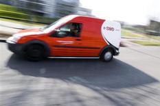 Автомобиль логистической компании TNT в Хофддорпе, Нидерланды 19 марта 2012 года. Голландская логистическая компания TNT Express снизила операционную прибыль на 15,6 процента до 54 миллионов евро в третьем квартале 2013 года, что совпало со средним уровнем прогнозов аналитиков. REUTERS/Robin van Lonkhuijsen/United Photos
