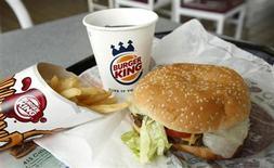 Еда на подносе в ресторане Burger King в Аннандэйле, Виргиния, 24 августа 2010 года. Прибыль сети быстрого питания Burger King Worldwide Inc выросла в третьем квартале 2013 года за счет увеличения сравнимых продаж и снижения издержек на 90 процентов. REUTERS/Kevin Lamarque