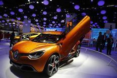 Concept car de la Renault Captur présenté au salon de l'automobile de Francfort. L'action Renault cédait 3,55% à la Bourse de Paris à 12h57, signant ainsi la plus forte baisse du CAC 40. Dans le même temps, l'indice phare du palais Brongniart reculait de 0,46%. /Photo prise le 10 septembre 2013/REUTERS/Kai Pfaffenbach
