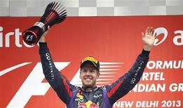 O piloto de Fórmula 1, Sebastian Vettel, comemora no pódio após center o Grande Prêmio de Fórmula 1 da Índia no circuito internacional de Buddh, em Greater Noida. Vettel conquistou seu quarto título consecutivo na Fórmula 1 pela Red Bull no Grande Prêmio da Índia neste domingo, tornando-se o mais jovem tetracampeão da história, aos 26 anos. 27/10/2013. REUTERS/Adnan Abidi