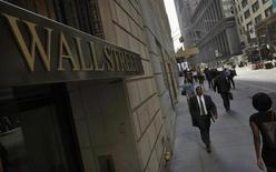 Wall Street a ouvert sans grand changement à l'orée d'une semaine qui sera marquée par la réunion de politique monétaire de la Fed et par de multiples publications de résultats. Quelques minutes après le début des échanges, le Dow Jones perdait 0,15%, le Standard & Poor's 500 reculait de 0,05% et le Nasdaq Composite cédait 0,08%. /Photo prise le 5 septembre 2013/REUTERS/Brendan McDermid