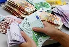 Les plus-values engrangées lors de la vente de participations ont permis à Mediobanca d'annoncer un bond de 57% sur un an de son bénéfice pour le premier trimestre de son exercice fiscal, à 171 millions d'euros. /Photo d'archives/REUTERS