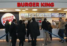 L'action Burger King est en nette hausse à la Bourse de New York, la chaîne de restauration rapide ayant publié un bénéfice supérieur aux attentes pour le troisième trimestre. Le bénéfice net du groupe a atteint 68,2 millions de dollars. /Photo d'archives/REUTERS/Jean-Paul Pélissier