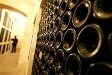 La production mondiale de vin a retrouvé en 2013 son niveau de 2006, à 281 millions d'hectolitres contre 258 millions l'an dernier, et l'Union européenne, avec 164 millions d'hectolitres, s'y taille la part du lion. /Photo d'archives/REUTERS/Régis Duvignau