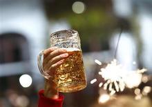 Au vu de la configuration actuelle du marché de la bière, le scénario d'un rapprochement des deux géants du secteur que sont Anheuser-Busch InBev et SABMiller est de plus en plus crédible. Cette opération pourrait dépasser 100 milliards de dollars. /Photo prise le 6 octobre 2013/REUTERS/Michaela Rehle
