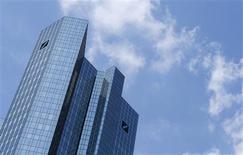 Le bénéfice imposable de Deutsche Bank a chuté de 98% au troisième trimestre, à 18 millions d'euros, un résultat inférieur à la plus basse des estimations qui s'explique par la baisse des revenus du trading et par l'augmentation des provisions destinées à couvrir les risques juridiques auxquels est exposée la banque. /Photo prise le 25 mai 2013/REUTERS/Ralph Orlowski