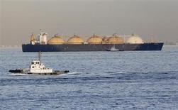 СПГ-танкер у порта Йокогамы 5 декабря 2012 года. Комиссия правительства по законопроектной деятельности одобрила законопроект, лишающий Газпром монополии на экспорт газа из РФ и наделяющий правом поставлять за рубеж сжиженный природный газ (СПГ) других его производителей. REUTERS/Yuriko Nakao