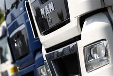 Le constructeur allemand de poids lourds MAN a déclaré mardi s'attendre à des commandes faibles l'an prochain, les transporteurs ayant accéléré leurs achats de véhicules avant l'entrée en vigueur de nouvelles normes d'émissions plus strictes. Ses commandes ont bondi de 22% au troisième trimestre, à 4,3 milliards d'euros. /Photo d'archives/REUTERS/Alex Domanski