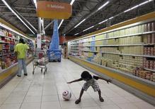 Menino brinca enquanto a mãe faz compras em um supermercado no Recife. As vendas reais dos supermercados no Brasil subiram 4,81 por cento em setembro sobre igual mês de 2012, divulgou a entidade que representa o setor, Abras, nesta terça-feira. Na comparação com agosto deste ano, houve queda de 5,12 por cento. 17/06/2013. REUTERS/Marcos Brindicci