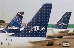 Aeronaves da companhia JetBlue Airways fotografadas na pista do aeroporto internacional John F. Kennedy, em Nova York. A JetBlue anunciou nesta terça-feira que adiará o recebimento de 24 aviões da Embraer para entre 2020 e 2022, ante cronograma anterior de 2014 a 2018, derrubando as ações da fabricante brasileira de jatos. 15/06/2013. REUTERS/Fred Prouser