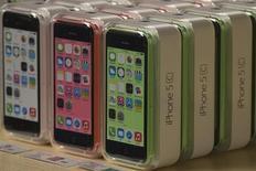 Aparelhos iPhone 5C exibidos na loja da Apple na 5ª Avenida, em Manhattan, Nova York. O lucro e a margem da Apple caíram apesar de a empresa ter vendido 33,8 milhões de iPhones no trimestre encerrado em setembro, levando investidores decepcionados a realizar lucros. 20/9/2013. REUTERS/Adrees Latif