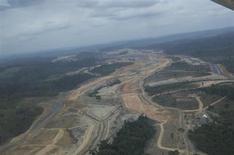 Visão aérea do local de construção da usina hidrelétrica de Belo Monte, em Pimental, no Pará, 15 de novembro de 2012. A transmissora de energia Cteep não decidiu se participará do leilão da linha de transmissão principal da hidrelétrica Belo Monte, que deve ocorrer no início de 2014, e condiciona a participação em novos projetos ao recebimento de indenização por ativos antigos renovados. 15/11/2012 REUTERS/Stian Bergeland/Rainforest Foundation Norway/Handout