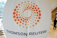 El logo de Thomson Reuters en el edificio corporativo de la firma en Londres, mayo 7 2009. La compañía global de noticias e información Thomson Reuters dijo el martes que las ventas netas de su división de negocios financieros fueron positivas por primera vez desde el 2011 y anunció además el recorte de 3.000 puestos de trabajo. REUTERS/Toby Melville