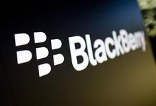 El logo de Blackberry en el campus de la firma en Waterloo, Canadá, sep 23 2013. Ejecutivos de BlackBerry se reunieron la semana pasada con sus pares de Facebook Inc para analizar el interés en una potencial oferta de la mayor red social del mundo por la complicada compañía canadiense, informó el martes el Wall Street Journal. REUTERS/Mark Blinch