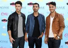 Los integrantes del grupo Jonas Brothers a su llegada a la entrega de los premios Teen Choice en Universal City, EEUU, ago 11 2013. La banda de pop-rock Jonas Brothers, formada en el 2005 y cuyos integrantes alcanzaron la fama como estrellas para adolescentes de Disney, decidió dejar de tocar por el momento, dijo el martes un representante del grupo. REUTERS/Fred Prouser