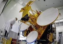 Eutelsat Communications a vu son chiffre d'affaires progresser de 2,9% lors du premier trimestre de son exercice 2013-2014 grâce aux services de données et a confirmé ses objectifs pour les trois exercices à venir. /Photo d'archives/REUTERS/Eric Gaillard