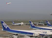Affectée par la dépréciation du yen, la première compagnie aérienne japonaise ANA (All Nippon Airways) réduit de près de moitié sa prévision de bénéfice d'exploitation annuel. /Photo d'archives/REUTERS/Toru Hanai