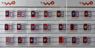 Смартфоны в магазине сети China Unicom в Пекине 21 марта 2013 года. Объем мировых поставок смартфонов подскочил на 39 процентов в третьем квартале на фоне высокого спроса в Китае на относительно недорогие устройства Android, свидетельствуют данные аналитической группы IDC. REUTERS/Kim Kyung-Hoon