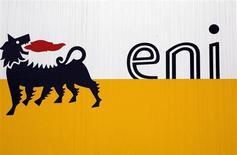 Логотип Eni под Миланом 5 февраля 2013 года. Итальянская нефтегазовая компания Eni сообщила о падении прибыли в третьем квартале и сократила годовой прогноз добычи из-за проблем в Ливии и Нигерии. REUTERS/Stefano Rellandini