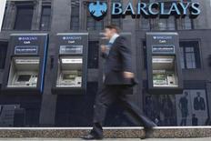 Человек проходит мимо банкоматов Barclays в Лондоне 30 августа 2012 года. Прибыль Barclays упала на 26 процентов в третьем квартале в годовом исчислении, так как доход его инвестиционного банка сократился более чем вдвое из-за спада на рынках капитала. REUTERS/Neil Hall