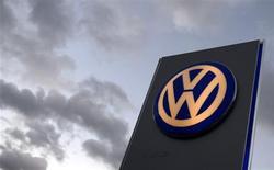 Логотип Volkswagen в дилерском центре компании в Гамбурге 28 октября 2013 года. Операционная прибыль Volkswagen выросла на 20 процентов в третьем квартале 2013 года за счет рекордных продаж брендов Audi и Porsche, сообщила компания в среду. REUTERS/Fabian Bimmer