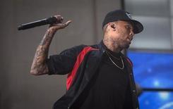"""Chris Brown derruba microfone no NBC's 'Today' Show no Rockefeller Center, em Nova York. O cantor Chris Brown está voltando à reabilitação para """"ter foco e compreensão sobre o seu comportamento passado e recente"""", disseram representantes do artista na terça-feira, depois de Brown ser detido e acusado de lesão corporal no fim de semana. 30/8/2013. REUTERS/Carlo Allegri"""