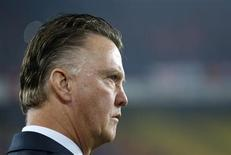 Netherlands' coach Louis Van Gaal looks at his players before the 2014 World Cup Group D qualifying soccer match against Turkey at Sukru Saracoglu stadium in Istandbul October 15, 2013. REUTERS/Murad Sezer