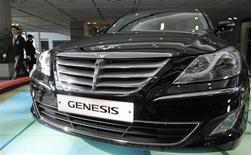 Funcionário da Hyundai Motor caminha ao lado do sedã de luxo Genesis em Seoul, Coréia do Sul. A Hyundai Motor planeja fazer recall de 103.214 sedãs Genesis na Coreia do Sul para resolver potenciais problemas no sistema de freio, na terceira chamada da montadora em seu mercado doméstico neste ano. 11/03/2011. REUTERS/Jo Yong-Hak