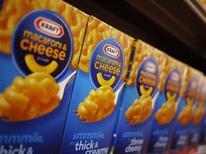 Le chiffre d'affaires trimestriel de Kraft Foods est inférieur aux attentes, conséquence de la baisse des prix de certaines boissons et de ventes décevantes de plusieurs de ses produits phares, comme la mayonnaise ou les desserts Jell-O. /Photo d'archives/REUTERS/Jonathan Ernst