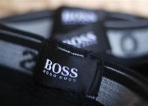 Бирка Hugo Boss в магазине под Штутгартом 29 октября 2013 года. Продажи немецкого модного дома Hugo Boss оказались ниже прогноза из-за негативного влияния валютных курсов. REUTERS/Michael Dalder
