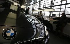 Автомобили BMW в центральном офисе компании в Мюнхене 19 марта 2013 года. BMW отзывает около 176.000 четырехцилиндровых автомобилей 2012-2014 модельных годов из-за потенциальной проблемы с усилителем тормозов, заявила компания. REUTERS/Michael Dalder