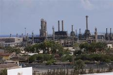 Вид на порт и НПЗ в ливийском городе Эз-Завия 22 августа 2013 года. Цена нефти Brent держится выше $109 за баррель, и европейский эталон подорожает по итогам октября в связи с перебоями в поставках нефти из Ливии. REUTERS/Ismail Zitouny