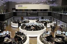 Les principales Bourses européennes, à l'exception de Londres, sont en légère hausse à mi-séance après une ouverture en baisse. À Paris, le CAC 40 gagne 0,3% à 4.286,84 points vers 12h05 GMT. À Francfort, le Dax est quasiment stable (+0,05%) et à Londres, le FTSE perd 0,45%. /Photo prise le 31 octobre 2013/REUTERS