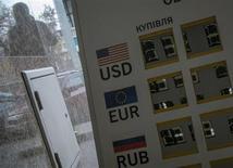 Табло для отображения валютных курсов у обменного пункта в Киеве 16 октября 2013 года. Международный валютный фонд советует просящей у него взаймы Украине перейти к политике более гибкого курса гривны и провести реформы в энергетике, включающие повышение цен на газ, сказал представитель МВФ. REUTERS/Gleb Garanich