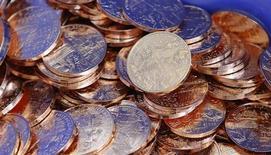 Монеты 10 евроцентов на монетном дворе в Вене 23 апреля 2013 года. Золотовалютные резервы РФ выросли за неделю к 25 октября на $5,9 миллиарда до $517,0 миллиарда, в основном за счет положительной переоценки евро и золота; большинство других активов и операций также положительно повлияли на итоговый результат. REUTERS/Leonhard Foeger