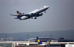 Un avión de Lufthansa despegando del aeropuerto Fraport en Fráncfort, mayo 6 2013. Las utilidades de la división de pasajeros de la aerolínea Lufthansa, la más importante de la empresa, crecieron más lentamente en el tercer trimestre, debido a que los recortes de costos compensaron sólo parcialmente el impacto de un yen y una rupia más débiles y la fuerte competencia en Asia. REUTERS/Lisi Niesner/Files
